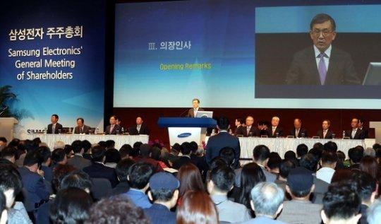 Низкие продажи iPhone ударили по прибыли Samsung